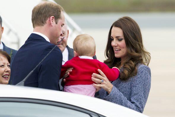 Después de un rato Kate decidió pasarle la estafeta de cargar al pequeño...