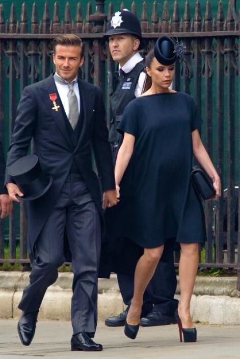 Mucho esperábamos ver de Victoria Beckham, quien llegó con un tocado peq...