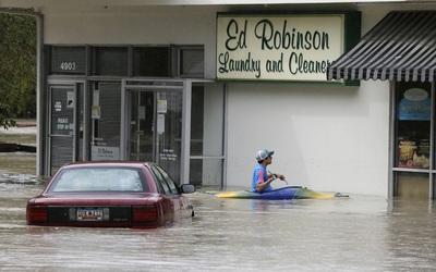 Una persona con una canoa por las calles de Columbia, en Carolina del Sur.