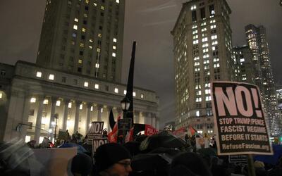 Decenas se reunieron este viernes en la noche en Foley Square desde dond...