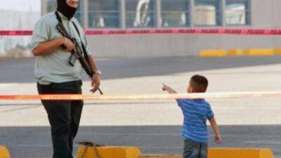 Cinco niños de seis meses a 10 años fueron abandonados por un comando ar...
