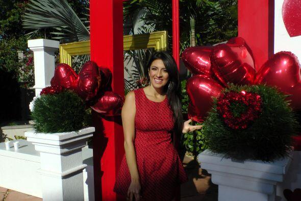 Maity combinaba perfectamente con la decoración, toda en color rojo.