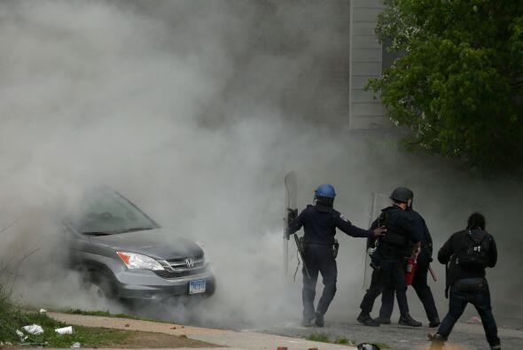 Al menos un par de vehículos fueron quemados durante la protesta de este...