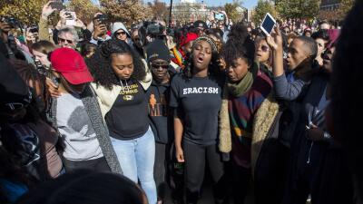Estudiantes afroamericanos protestan contra racismo en la U. de Missouri