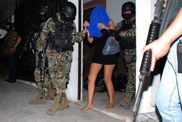 Miembros de la Infantería de Marina de México escoltan a una mujer que f...