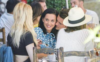 Orlando y Katy derraman miel en pleno 'lunch' en Cannes.