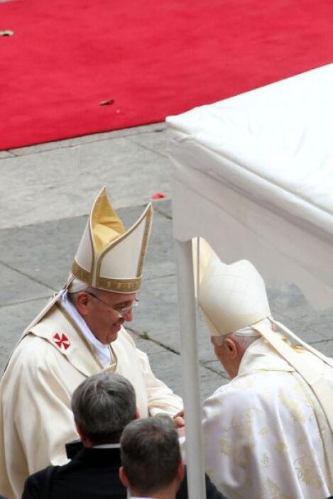 Los dos papas vivos que estuvieron en la celebración.