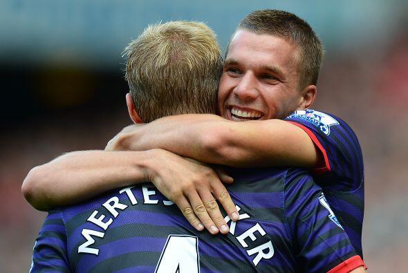 Lukas Podolski, quien llegó para ocupar el puesto dejado por Van Persie,...