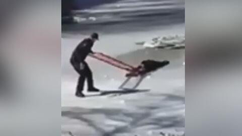 Dos agentes de policía rescataron a un joven de 16 años que cayó al lago...