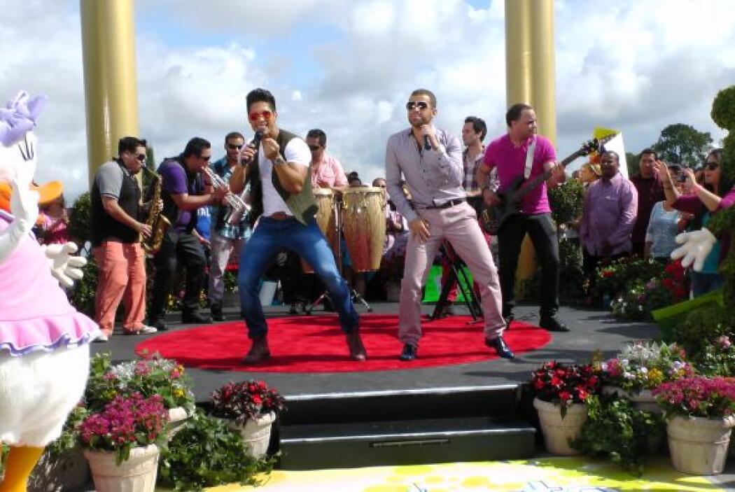 El público no pudo resistirse a bailar con este dueto lleno de ritmo y r...