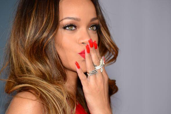 Cuando la ocasión requiere un 'look' formal, Rihanna no duda en pintarla...