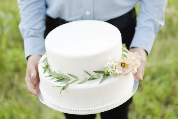El pastel puede incluir decorado de hojas de olivo o racimos de uvas.