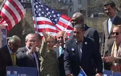 Clinton baila con latinos en Washington Heights