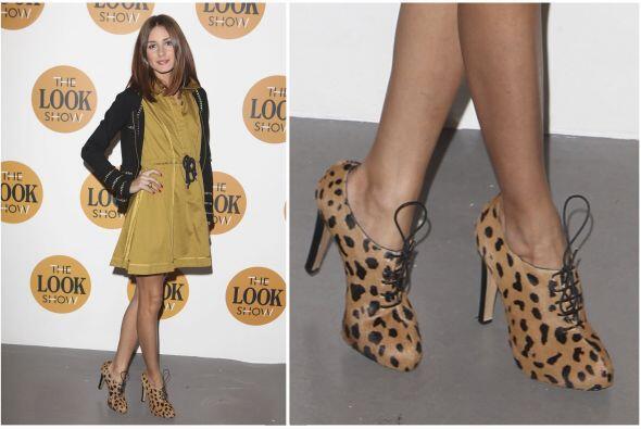 Olivia Palermo eligió estos botines de tacón alto y cordones.