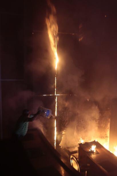 Antes de la llegada de los bomberos, algunos vecinos del lugar trataron...