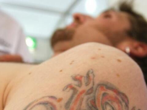 Las normas de salud de los tatuajes tienden a concentrarse en los riesgo...