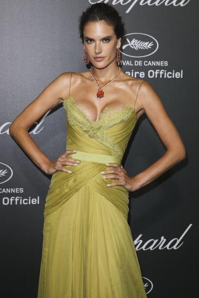 Mientras que Alessandra prefirió un vestido con tirantes, aunque tampoco...