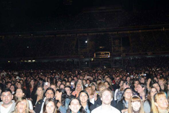 Los miles de asistentes, en su mayoría mujeres, llenaron a totali...