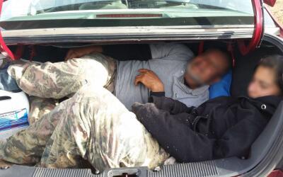 Autoridades encuentran a inmigrantes hacinados en la bodega de un veh&ia...