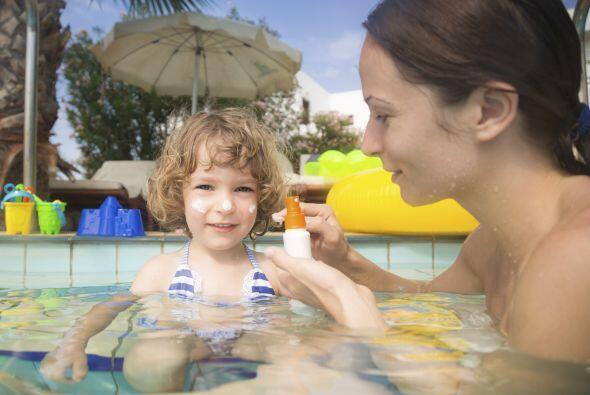 Cuidado con el sol. Evita que los niños se bañen cuando el sol es más fu...