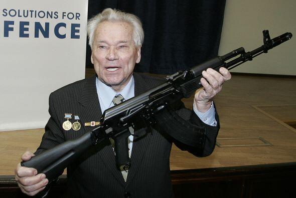 Kalashnikov diseñó armas desde 1947. La primera de ellas fue el fusil de...
