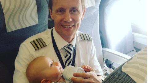 Un piloto dejó ver su lado más tierno al ayudar a una madre que viajaba...