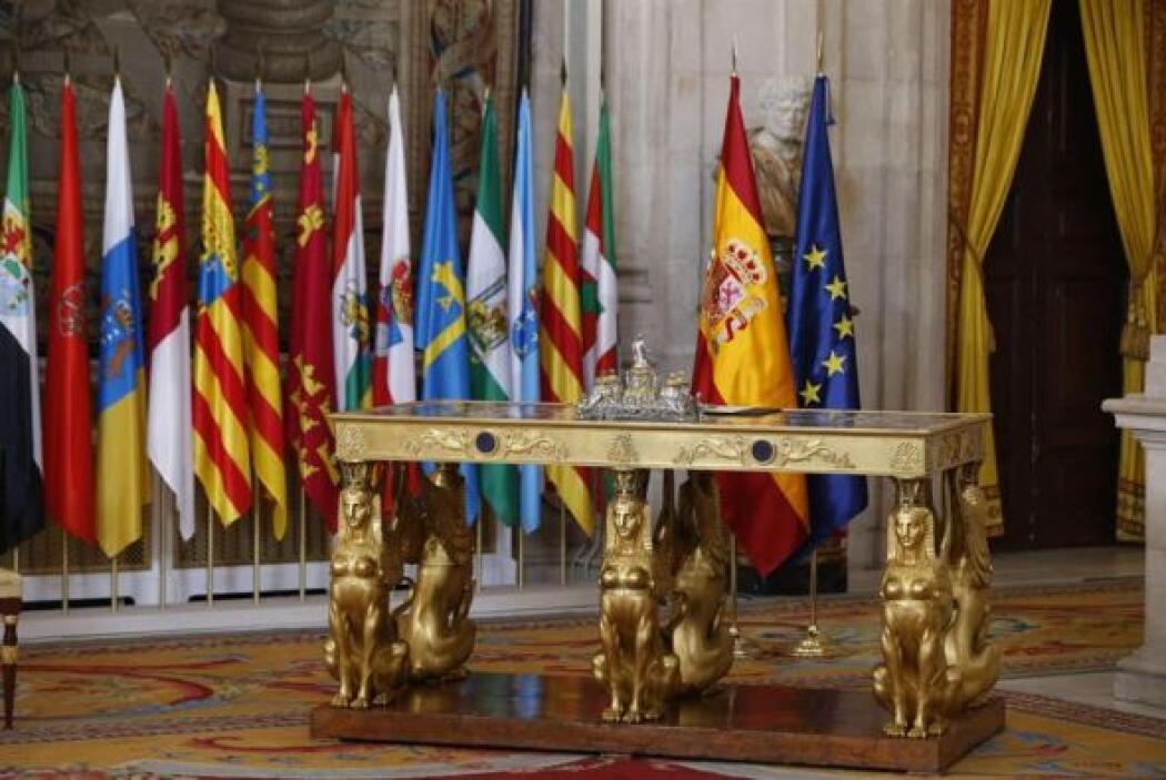"""La mesa de estilo imperio, llamada """"mesa de las esfinges"""", en la que el..."""
