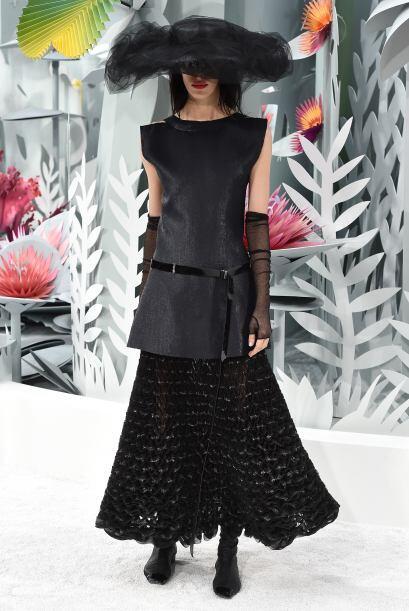 Para complementar varios de los 'looks', Lagerfeld apostó por eno...