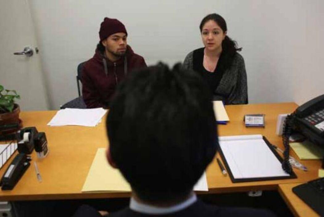 Antes de buscar ayuda con un notario o un abogado de inmigración, ponga...