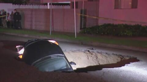 Al menos dos personas muertas y algunos carros bajo tierra, el primer ba...