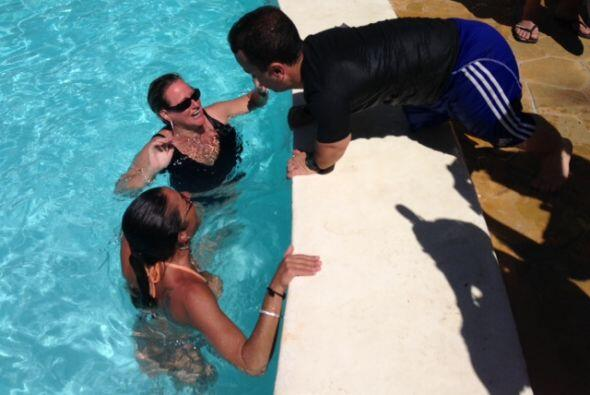 Carlitos estaba coqueteando con algunas mujeres.