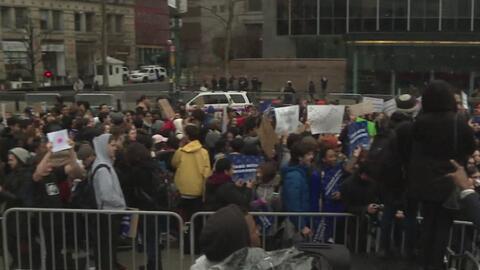Estudiantes universitarios y de secundaria marcharon en Manhattan contra...