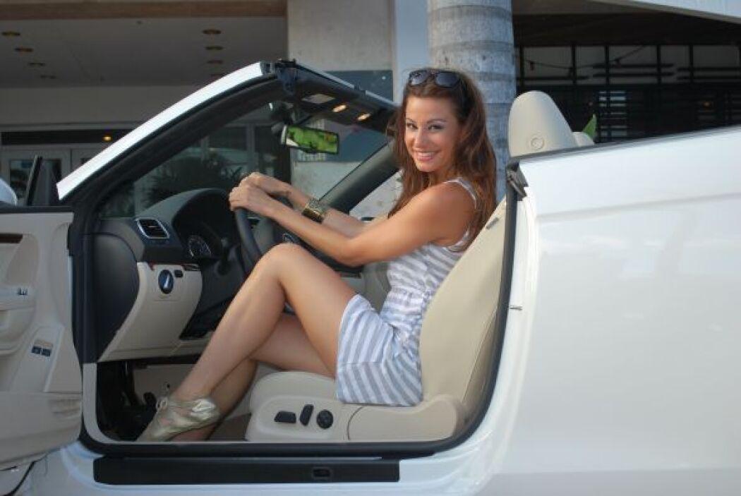 Nastassja parecía muy cómoda con su nuevo convertible.