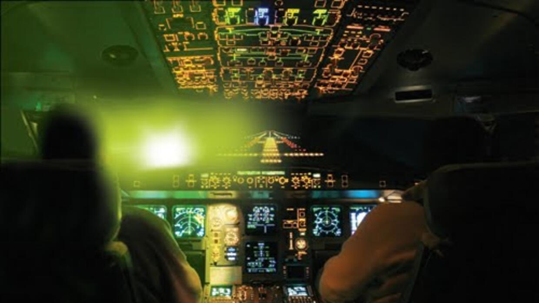 A pesar de ser un delito, aumentan los casos de aviones apuntados con ra...