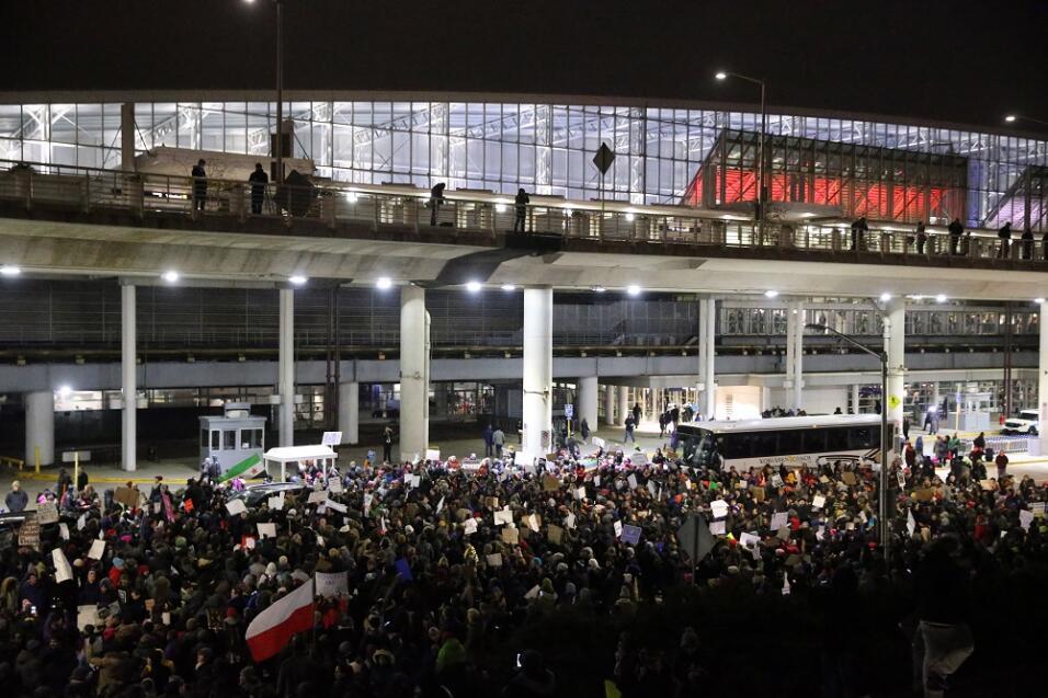 Cientos de personas en los alredores del O'Hare International Airport.