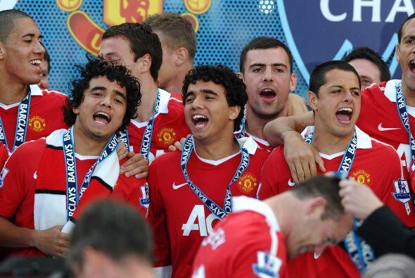 Qué festejo el del Manchester United que recibió el trofeo...