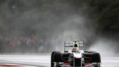 Pérez prueba su Sauber C30 bajo la lluvia en Silverstone.