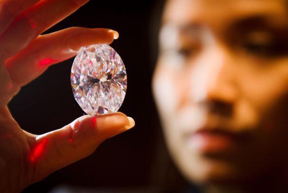 Esta piedra de forma ovalada está catalogada con una D en la escala de c...
