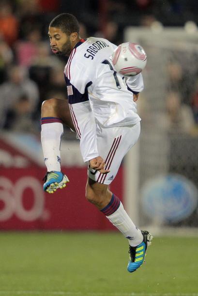 Alvaro Saborío muestra control total del balón. Hasta con...