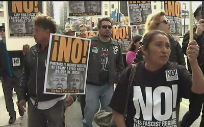 Cientos de manifestantes marchan en Los Ángeles en contra de la toma de...