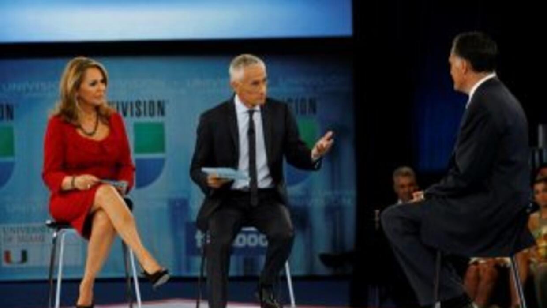 María Elena Salinas y Jorge Ramos, en un encuentro con Mitt Romney, en...