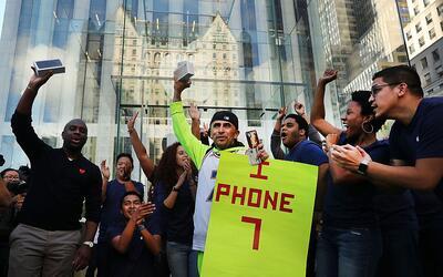 Fans de Apple acampan para conseguir el nuevo iPhone 7