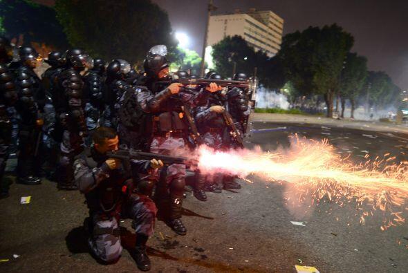 En Rio de Janeiro tuvo lugar la mayor y más violenta protesta con 300 mi...