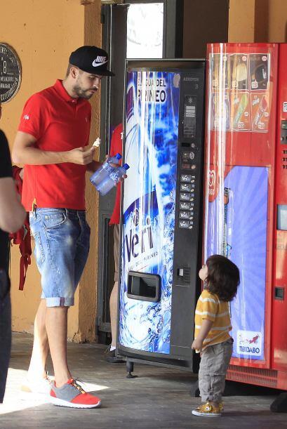 El futbolista dejó a su mujer esperando la comida y se llevó a su nene p...