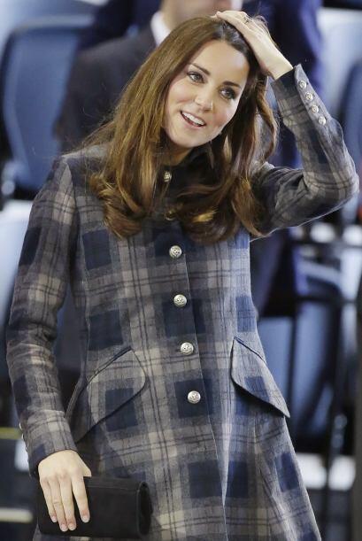 Este abrigo con estampado de tartán puede lucir como un lindo vestido po...