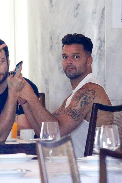 ¡Oops! Ricky se dio cuenta que le estaban tomando fotografías.