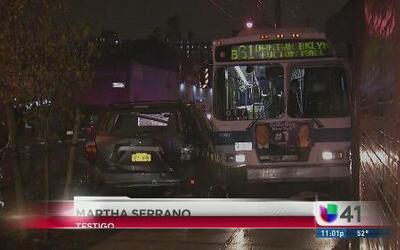 Aparatoso accidente entre autobús y varios autos