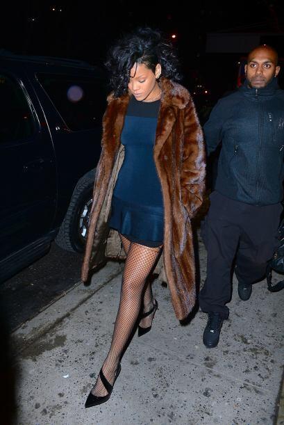 Rihanna con un vestidito muy sexy en Manhattan pero eso sí, cubie...