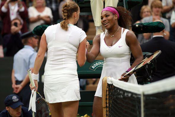 La estadounidense Serena Williams sorprendió a la defensora del título,...