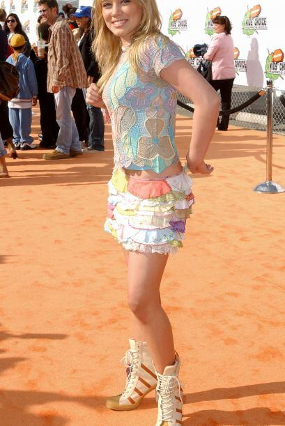 Siendo ya una estrella, Hilary era invitada a varias alfombras rojas y s...